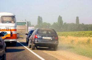 Объезд пробки (дорожного затора) по обочине категорически запрещен действующим в России законодательством
