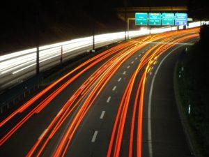 нерегулируемые оживленные трассы без признаков пешеходного перехода