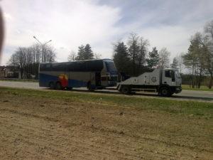 буксируется автобус