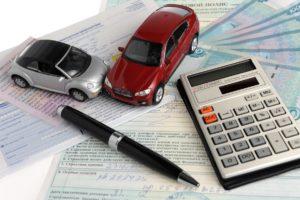 Два автомобиля на фоне полиса, извещения и денег