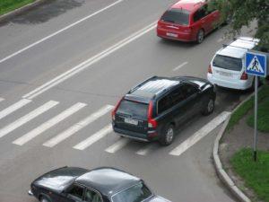 Категорически запрещено начинать переход дороги из-за припаркованных машин