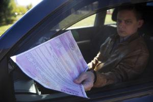 Сотрудники ГИБДД и другие представители власти могут проверять наличие у водителей полиса ОСАГО
