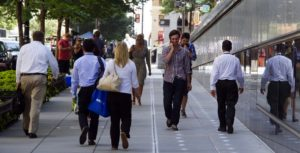 пешеходы на тротуаре
