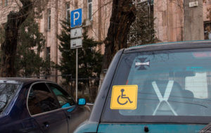 повесить знак «Инвалид»