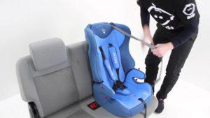 Если ремень безопасности автокресла недостаточно плотно прилегает к ребенку, это может стать причиной травмы